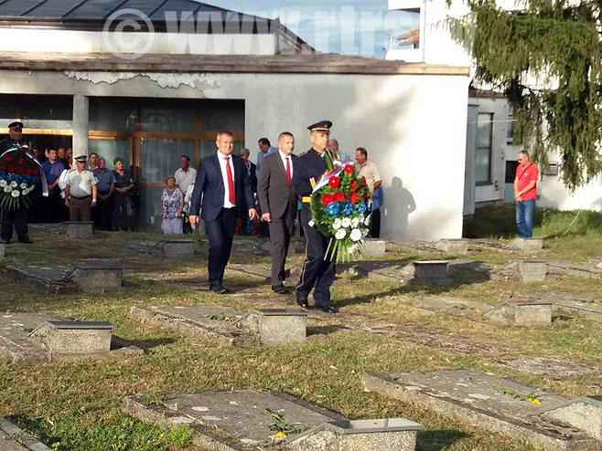 Polaganje vijenaca na partizansko groblje u Knežici