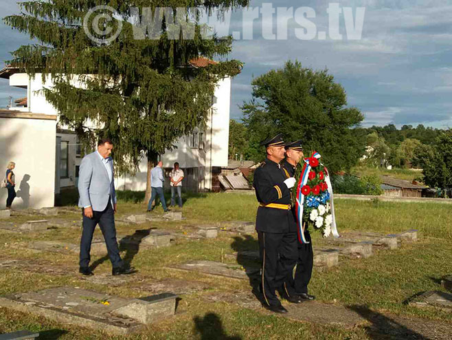 Polaganje vijenaca na partizanskom groblju u Knežici