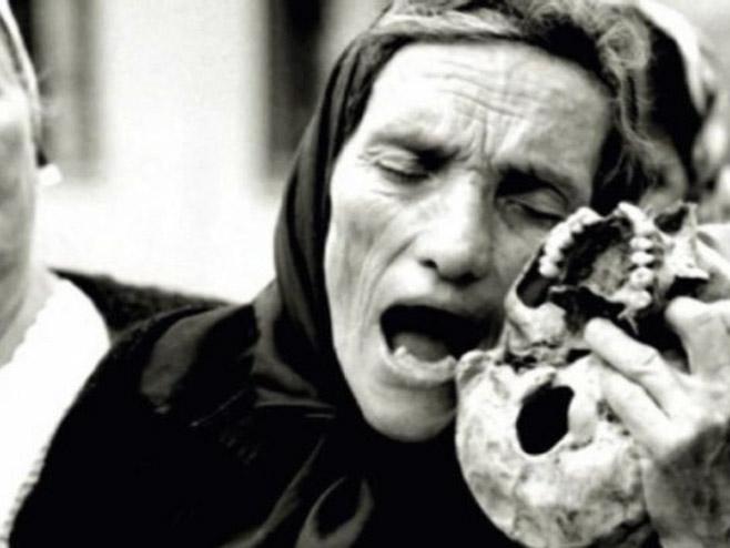 Слика српске мајке са лобањом сина Фото: РТРС
