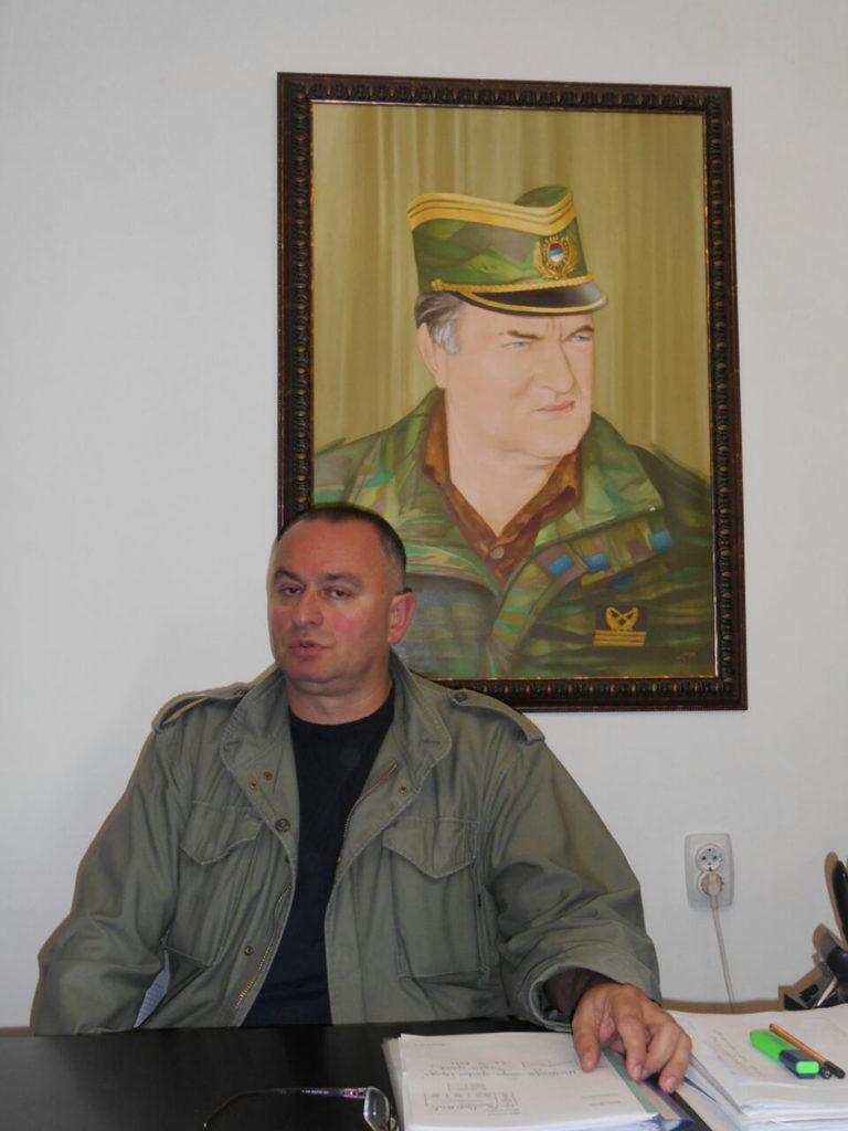 У РАДНОМ ОКРУЖЕЊУ: Војин Гушић испод слике Ратка Мадића