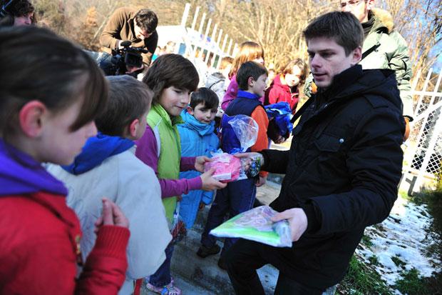 Гујон доноси поклоне деци на КиМ