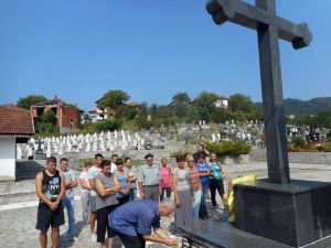 Посјетом хумкама и прислуживањем свијећа за покој душа осам српских цивила из Јежестице и полагањем цвијећа код Централног спомен-крста у братуначком гробљу данас је обиљежено 25 година од страдања укупно 12српских цивла у Јежестици, Шиљковићима и Залужју код Братунца.