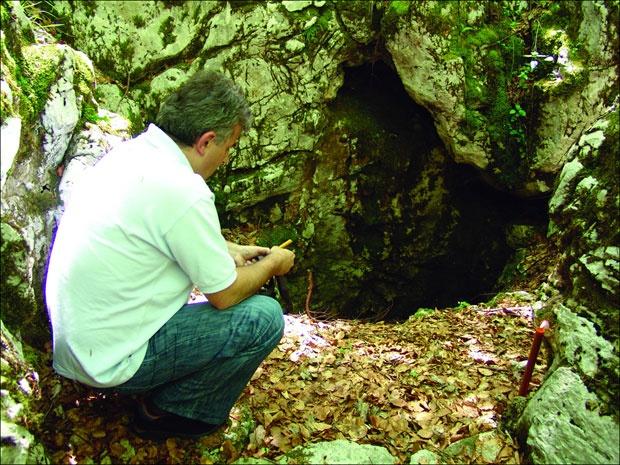 Душан Басташић уз Шаранову јаму на Велебиту, подручје некадашњег комплекса логора