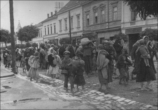 Колона Срба истераних из својих кућа у Дарувару