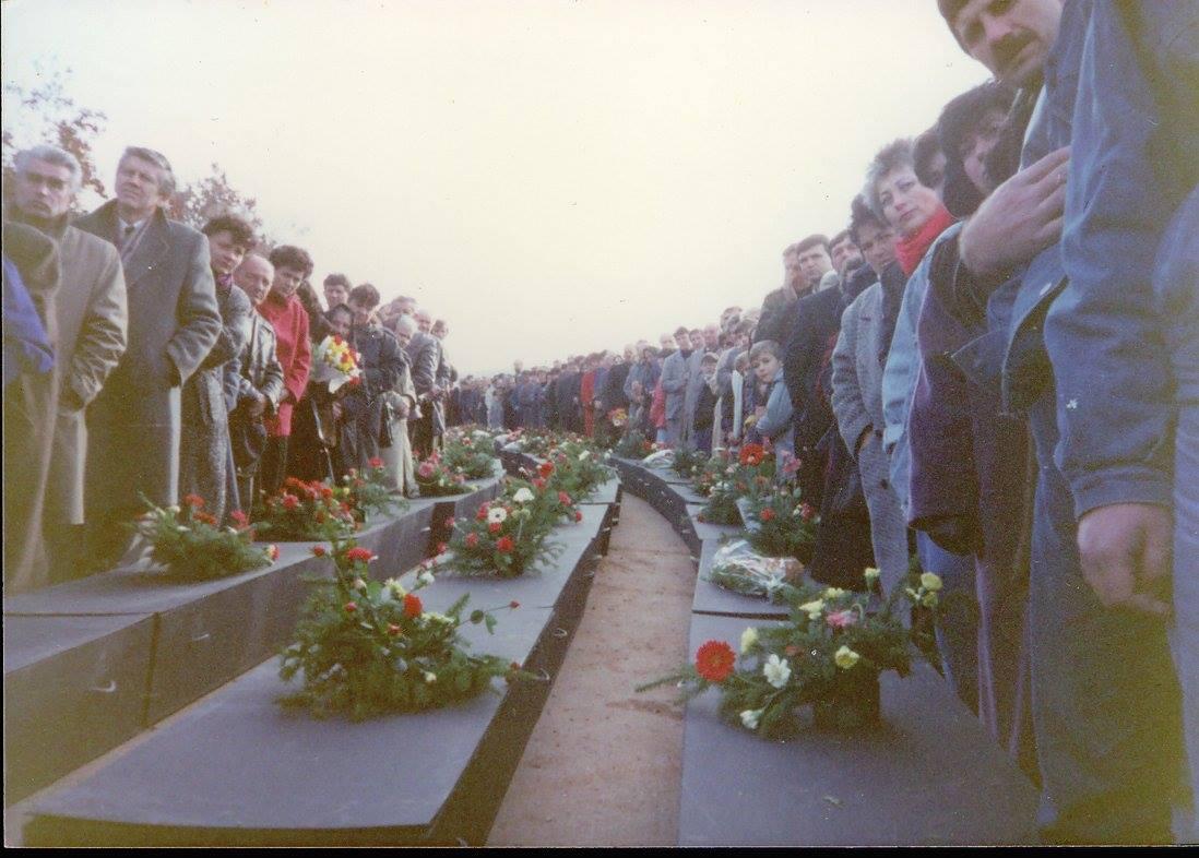 Ковчези са костима жртава код јаме Бивоље брдо 1990.