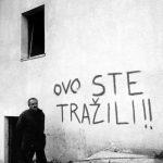 Нaтпис нa уништeнoj кући у Дoбрoсeлу Foto: Игoр Гaлo