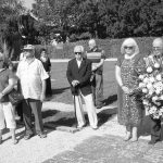 Pod paljbom simpatizera ustaša – sudionici komemoracije, Jagoda Bulat, Vinko Šunjara i Mihajlo Veljić, polažu vijenac