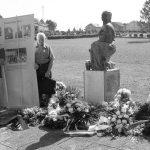 Spomenik Majka s djetetom na groblju u Jaski