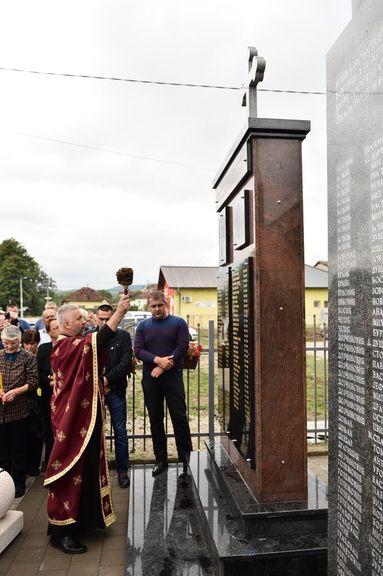 Градоначелник Бањалуке Игор Радојичић данас је у насељу Драгочај открио споменик погинулим борцима одбрамбено-отаџбинског рата.