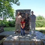 Ирена Проскауер са ученицом Разијом код споменика на партизанском гробљу у Рахићу.