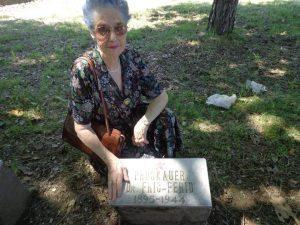 Ирена Проскауер код плоче са очевим именом на партизанском гробљу у Рахићу.
