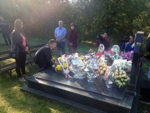 Полагањем цвијећа и паљењем свијећа на спомен-обиљежју у Комленцу у Козарској Дубици обиљежено је 26 година од страдања народног хероја - мајора Милана Tепића.