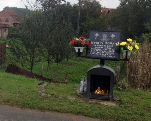 Obilježavanje 22 godine od odbrane opštine Kozarska Dubica nastavljeno je danas polaganjem vijenaca na spomen-obilježje u Donjoj Gradini, gdje je u septembru 1995. godine u hrvatskoj agresiji život izgubio pripadnik interventnog voda policije Zoran Bulić.
