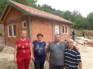 Miloš sa majkom, sestrom i humanitarcem Hidom Muratovićem / Foto M. N.