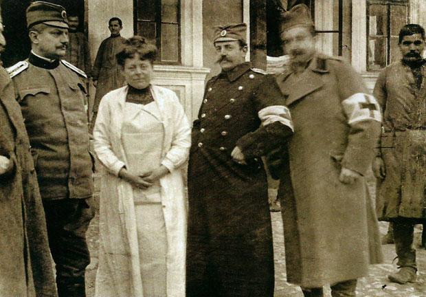 Фотографија Надежде Петровић испред болнице у Ваљеву
