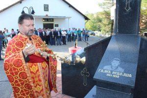 У Мезграји код Угљевика данас је служен парастос седморици погинулих бораца у одбрамбено-отаџбинском рату чија су имена уклесана на спомен-обиљежју у овом мјесту.