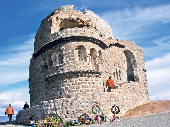 Спомен костурница на Зебрњаку (Фото travel2macedonia.com.mk )