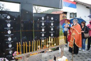У знак сјећања на 25 погинулих бораца Војске Републике Српске из Челопека код Зворника данас је код споменика у овом мјесту служен парастос и прислужене свијеће.