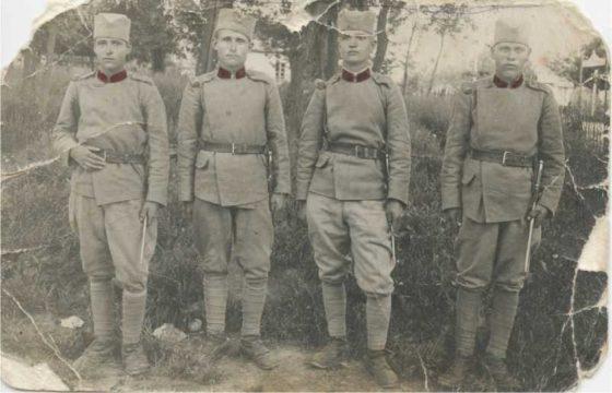 Драгутин Марин, каплар, погинуо на Козари (други здесна)