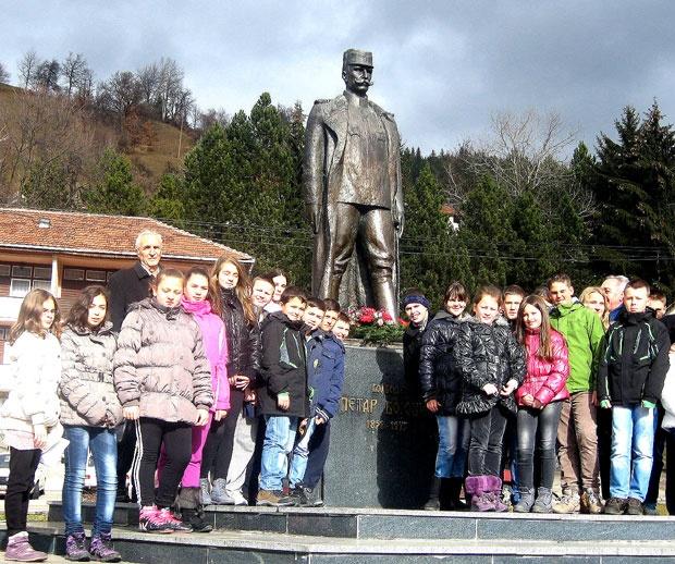 Часови историје за младе поред споменика војводе Бојовићу