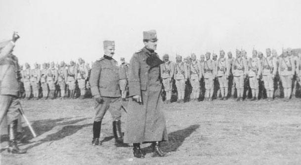 Краљ Александар Карађорђевић са војницима уочи битке на Солунском фронту