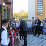 У бањалучком насељу Лауш данас је откривен и освештан споменик за 115 погинулих и шест несталих бораца Војске Републике Српске /ВРС/ у одбрамбено-отаџбинском рату.