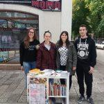 """Asocijacija srednjoškolaca u BiH, lokalna organizacija u Trebinju, danas je na Trgu slobode u centru ovog grada organizovala akciju """"Knjigu donesi – knjigu odnesi"""" s ciljem da učenici i ostali zainteresovani građani razmijene knjige koje posjeduju."""