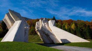 Споменик Битке на Сутјесци у Долини хероја на Тјентишту, који је био посивио и зарастао у маховину, поново добија изворну бијелу боју, по којој је био јединствен.