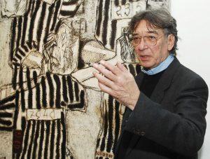 Darko Bajić pokazuje radove svog oca u Domu Vojske Foto P. Mitić