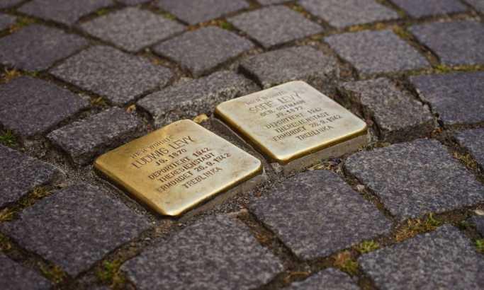 """Штолперштајна или """"камен спотицања"""": На свакој коцки угравирани су име и подаци жртава нацизма"""