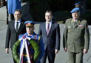 Никола Селаковић у име председника положио венац на Споменик Незнаном јунаку на Авали (Фото Танјуг/Р.П.)