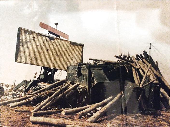 """Директан погодак НАТО авијације — заштита балванима није пуно помогла, али је штитила систем од погодака који нису били директни, Јанков камен, 4. април 1999. године. ИЗ КЊИГЕ """"НЕБО НА ДЛАНУ"""""""