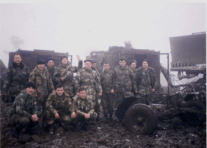 """Командир чете, капетан Синиша Дракул са својим непоколебљивим старешинама непосредно после НАТО дејства на Торнику, 3. април 1999. године. ИЗ КЊИГЕ """"НЕБО НА ДЛАНУ"""""""