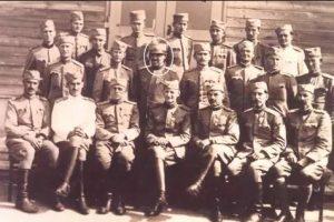 Коњички официр Градимир Милојковић (у средини) са својим колегама официрима 1942. године
