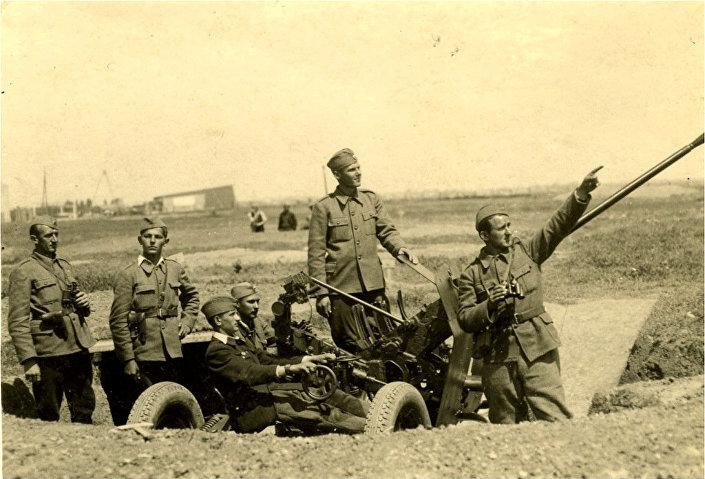 """Земун, 29. април 1945. године — будући радарац Никола Самарџић, други слева, у саставу ЛПА батерије. ИЗ КЊИГЕ """"НЕБО НА ДЛАНУ"""""""