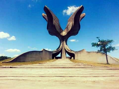 Spomenik na mjestu logora Jasenovac