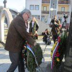 Министар рада и борачко-инвалидске заштите Миленко Савановић положио цвијеће код централног споменика у Кравици подигнутог за 3.267 Срба из регије Бирач који су погинули у одбрамбено-отаџбинском рату.