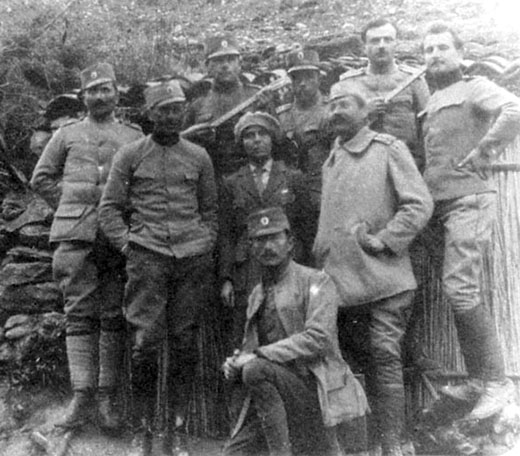 Потпоручник Дража Михаиловић (клечи) са саборцима 1914.