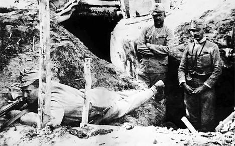 Јосип Броз Тито као војник 42. домобранске (Вражје) дивизије аустроугарске војске на положају у Западној Србији 1914. (лежи са упереном пушком)
