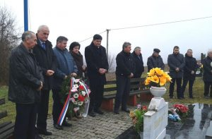 Служењем парастоса, полагањем цвијећа и прислуживањем свијећа данас је у Новом Граду обиљежено 25 година од погибије 56 бораца Четвртог батаљона Новоградске бригаде Војске Републике Српске.