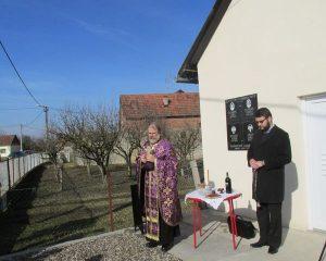 У Новом Селу код Шамца данас је откривена и освештана спомен-плоча за четири погинула борца из овог мјеста и једну цивилну жртву рата.