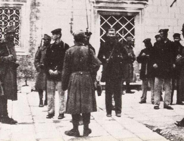 СУЂЕЊЕ Вође побуне на улазу у Војни суд у Боки