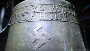 """""""Sve za domovinu - Adolf Hitler"""" stoji na zvonu."""
