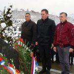 Након парастоса бројне делегације положиле су цвијеће на спомен-обиљежје масовне гробнице у православном гробљу.