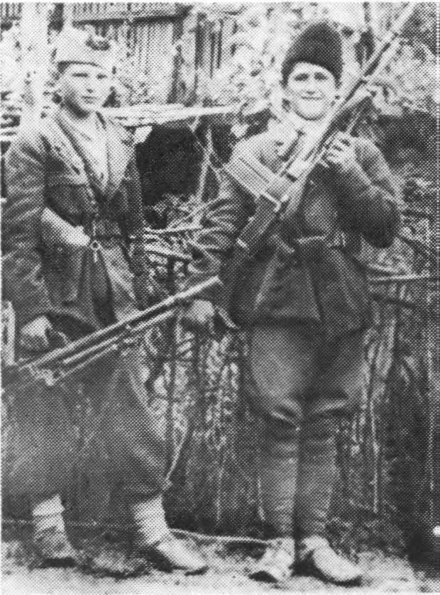 Војин Т. Радаковић (лево) и Давид Бурсаћ са својим пушкомитраљезима