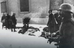 Лешеви побијених цивила леже насред Футошле улице Фото: Wikipedia / РАС Србија