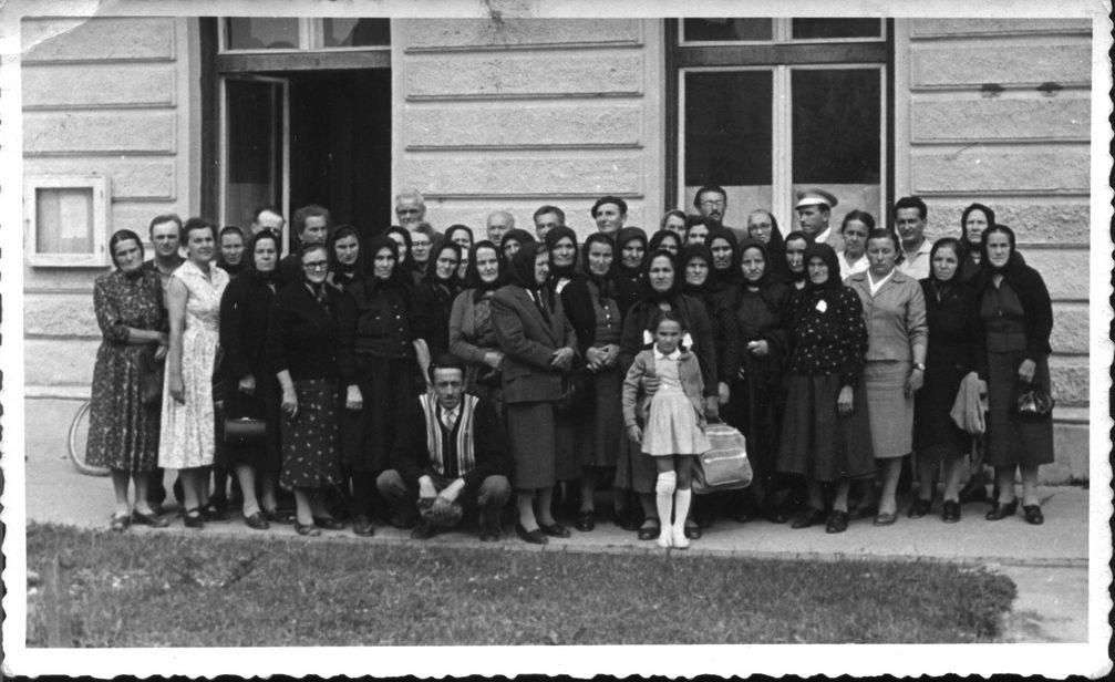 """Године 1963. породице страдалника посјетиле су подручје бившег логора """"Даница"""" у Копривници"""