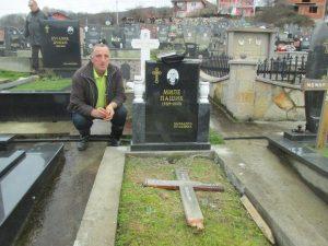 Зоран Ћук поред гробног мјеста и спомен-обиљежја Милету Пашићу.