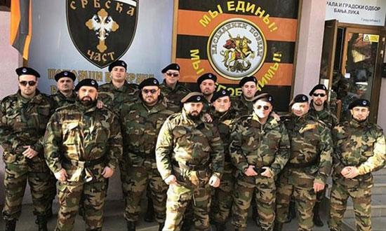 Припадници организације Српска част у униформама позирају у Бања Луци