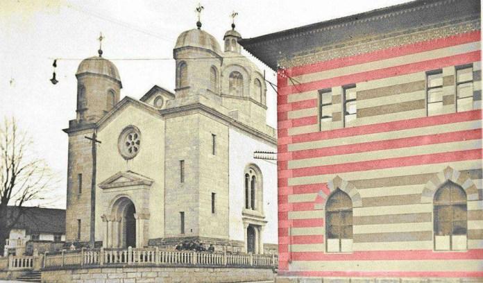 Православна црква у Бихаћу, порушена 1941. године, а десно је муслиманска медреса6 која је тешко оштећена у рату, а порушена послије рата